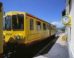 Train jaune en gare