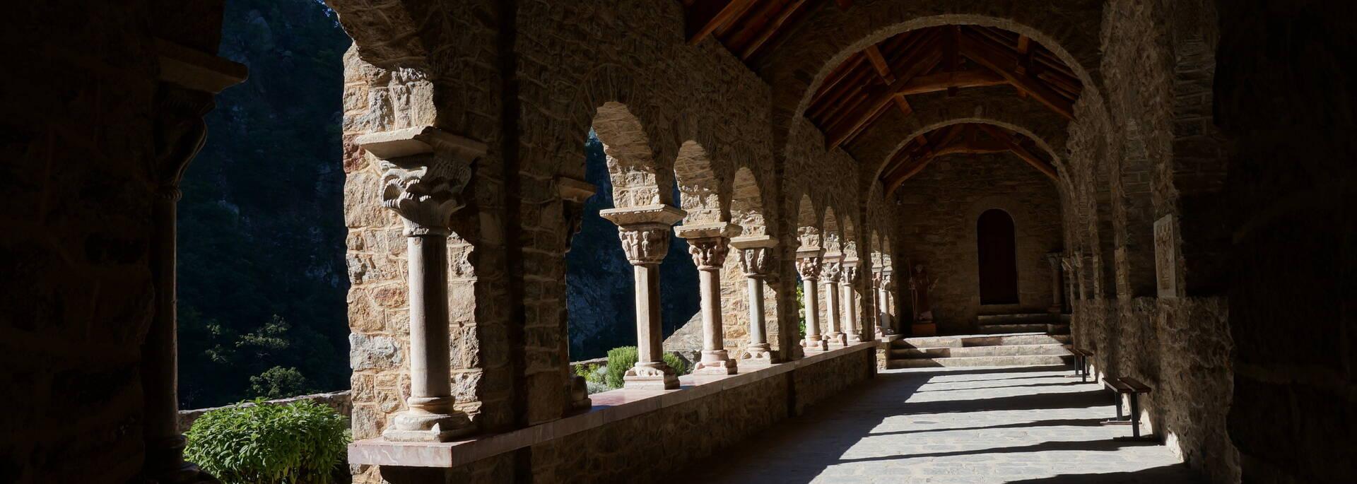 cloître abbaye saint martin du canigou